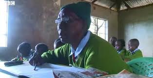 Die 90jährige Gogo drückt in Kenia noch die Schulbank